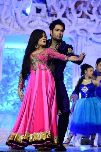 Vivian Dsena karatasi la kupamba ukuta probably with a bridesmaid, a chajio, chakula cha jioni dress, and a kanzu, gown titled Vishti♥ performing at Colorstv GoldenPetalAwards