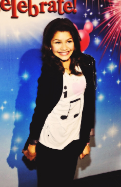 Zendaya Coleman wallpaper probably with a well dressed person, an overgarment, and an outerwear titled Zendaya <3