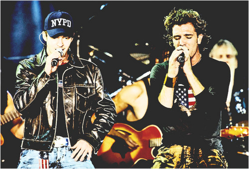 Justin Timberlake and JC Chasez Hintergrund with a konzert and a guitarist called jc&justin