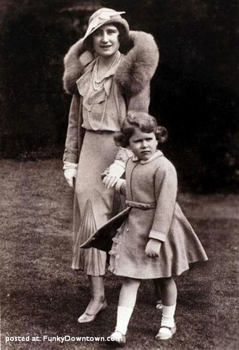কুইন Elizabeth II and her mother
