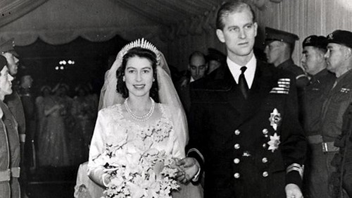 Queen Elizabeth II karatasi la kupamba ukuta possibly containing a mantilla, a bridesmaid, and a business suit titled Wedding of Princess Elizabeth and Philip Mountbatten wedding