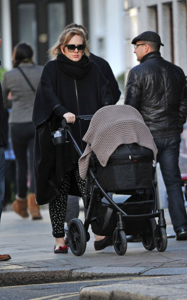 Adele walking with his son through the streets of Londra