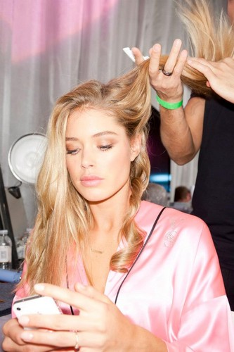 Doutzen Kroes wallpaper probably containing a portrait entitled Backstage Victoria's Secret Fashion Show 2012