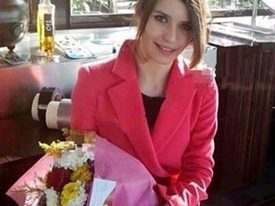 Beren Saat with お花 from her ファン