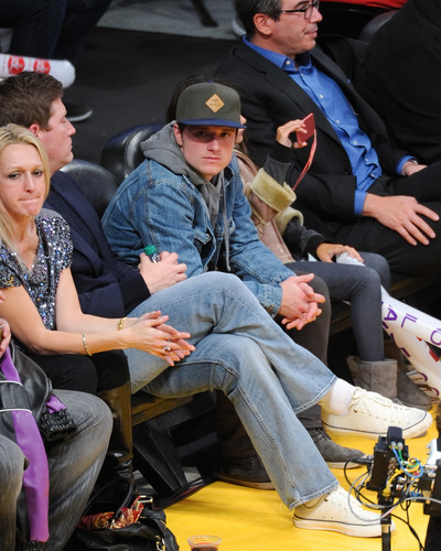 जॉश हचरसन वॉलपेपर containing a park bench titled Josh Hutcherson at the Lakers game(1.11.2013) [HQ]