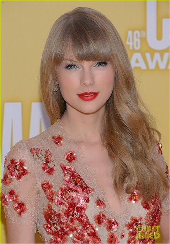 Taylor Swift wallpaper probably with a blouse and a portrait titled Pretty girl