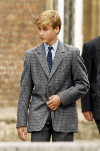 Prinz William Hintergrund with a business suit, a suit, and a well dressed person called Prince William arrives for first Tag at Eton College
