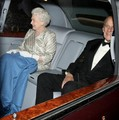 Queen Elizabeth II is all smiles as she is seen leaving the Royal Albert Hall in Londra