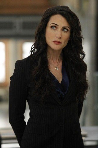 Rena Sofer is 퀸 Eva, Snow's mommy