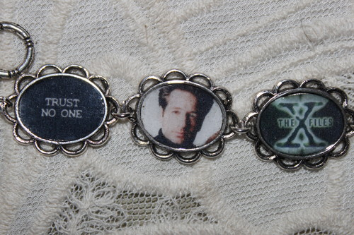 The X-Files fond d'écran called THE X-FILES charm bracelet