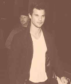 Taylor Lautner fond d'écran containing a business suit entitled Taylor leaving the Staples center(1/9/13)