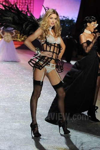 Doutzen Kroes wallpaper with a hip boot entitled Victoria's Secret Fashion Show 2012