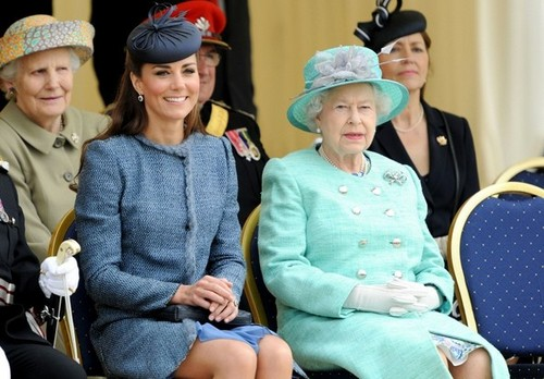 Will and Kate sertai the Queen in Nottingham