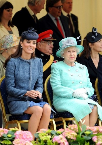 Will and Kate kom bij the Queen in Nottingham