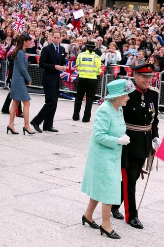 Will and Kate Присоединиться the Queen in Nottingham