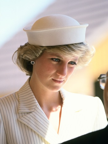 Prinzessin Diana Hintergrund possibly with a boater titled diana