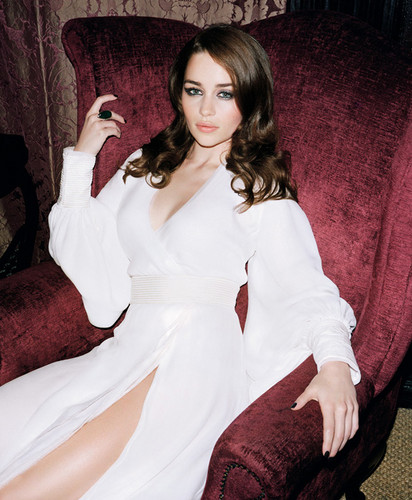 Emilia Clarke fond d'écran possibly with a nightwear, a cocktail dress, and a well dressed person called emilia
