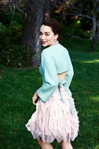 Emilia Clarke fond d'écran possibly containing a robe entitled emilia