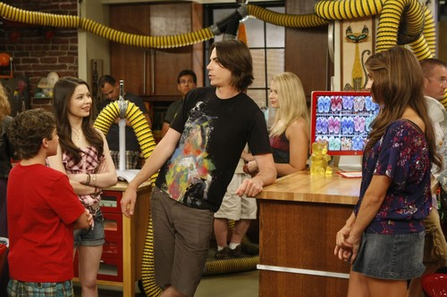iCarly वॉलपेपर probably containing a brasserie, a diner, and a पढ़ना room entitled iBeat the Heat