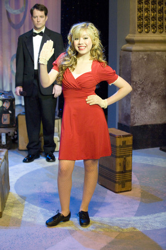 Jennette McCurdy 壁紙 possibly with a business suit and a well dressed person entitled iCarly