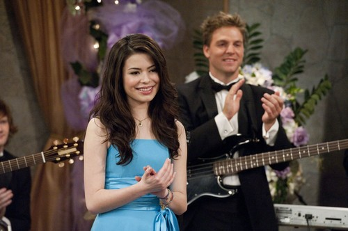 iCarly wolpeyper possibly containing a guitarist and a konsiyerto called iDo