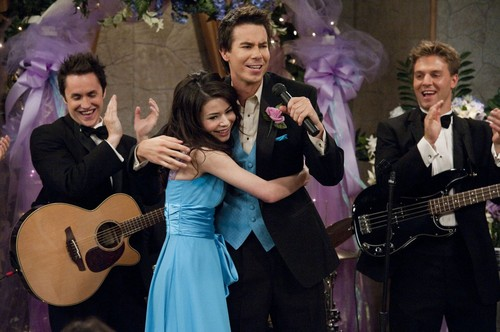 iCarly wolpeyper with a guitarist and a konsiyerto titled iDo