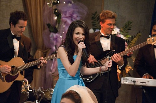 iCarly Hintergrund possibly with a konzert and a guitarist titled iDo