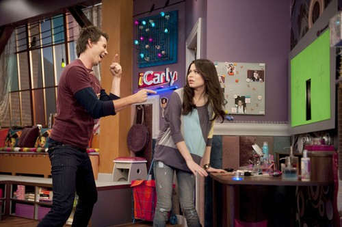 iCarly wallpaper probably containing a sign and a diner called iGet Pranky