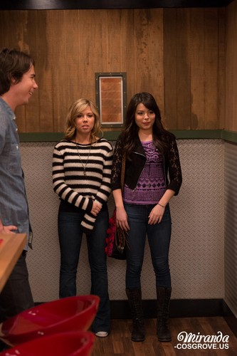 iCarly वॉलपेपर possibly with a sign entitled iGoodbye