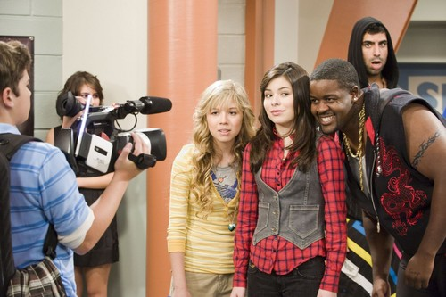 iCarly wolpeyper entitled iLook a Like