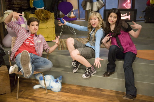 iCarly wallpaper probably with a street, a drawing room, and a living room called iMeet Fred