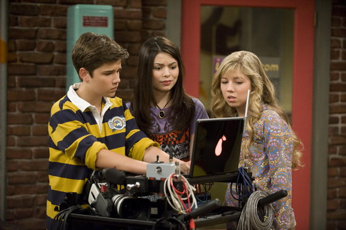 iCarly fondo de pantalla possibly with a sign titled iMeet fred