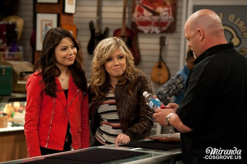 iCarly 바탕화면 possibly containing a business suit called iPawn Stars