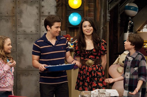 iCarly wolpeyper entitled iSell Penny Tees