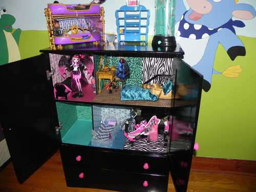 Monster High karatasi la kupamba ukuta containing a dressing meza, jedwali entitled monster high house and school