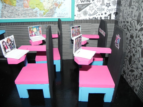 モンスター・ハイ 壁紙 possibly with a dining room, a ディナー table, and a boardroom called monster high house and school