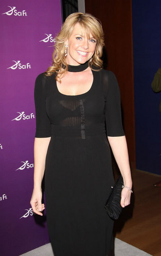 Amanda Tapping achtergrond possibly with a well dressed person called AT