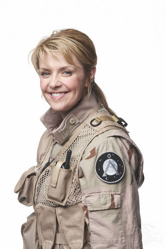 Amanda Tapping Hintergrund with a green beret, fatigues, ermüden, ermüdet, kampfanzug, schlachtkleid, and schlacht-kleid called Promo Foto from Stargate: Continuum