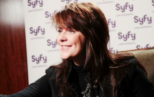 Amanda Tapping Hintergrund containing a portrait titled AT