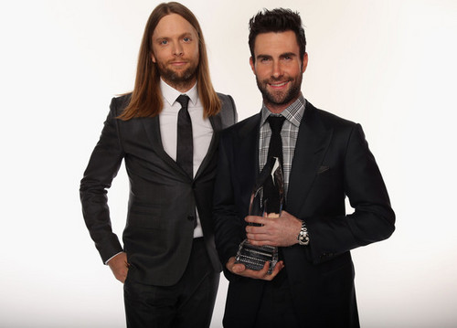 Adam Levine Обои containing a business suit, a suit, and a завиток, полоска called Adam Levine