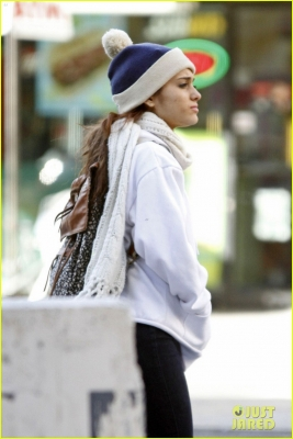 Ariana hails a cab in NYC