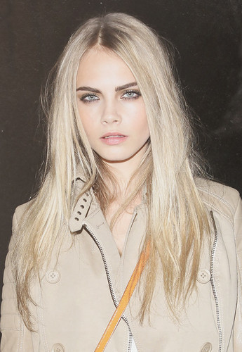 Cara Delevingne karatasi la kupamba ukuta containing a portrait entitled Caraツ