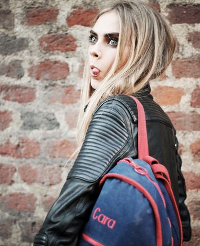 Cara Delevingne karatasi la kupamba ukuta possibly containing a hip boot called Caraツ
