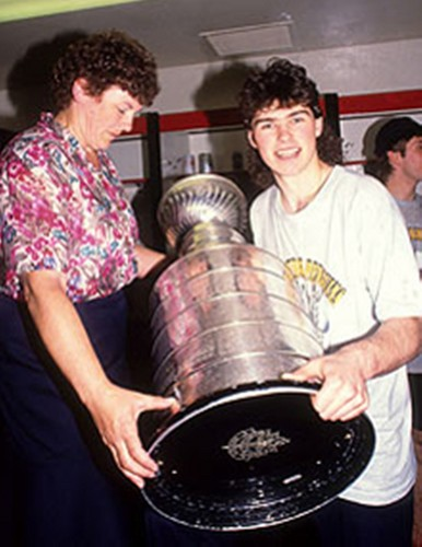 Jagr with mother after winning the Stanley Cup