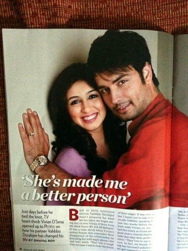 Vivian Dsena karatasi la kupamba ukuta probably containing a sign called People Magazine