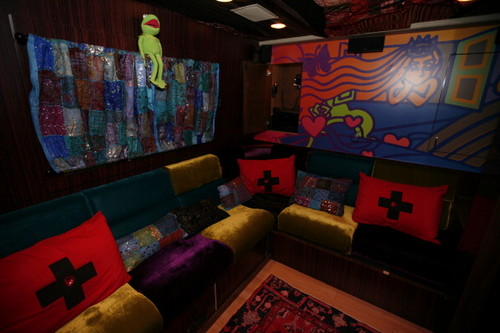 foto's of the interior of 'The Born Brave Bus'