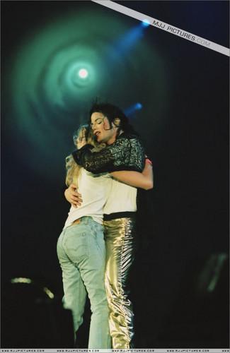 hug-michael-jackson-33358310-325-500.jpg