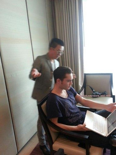 BACKSTAGE OF MAKEUP MAN BEFORE SIAM CENTER CONFERENCE