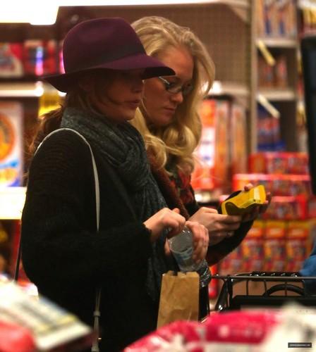 Jennifer Lawrence doing grocery shopping in LA (29/01/2013)