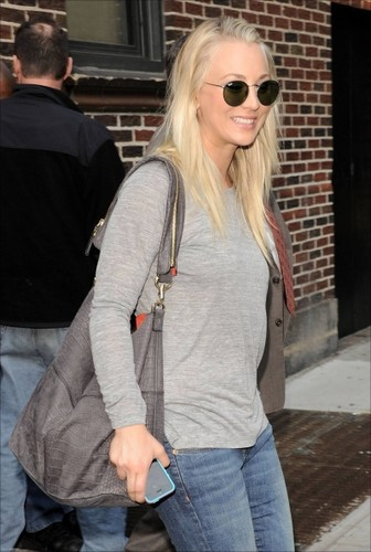 "Kaley visiting ""The Late hiển thị with David Letterman"""